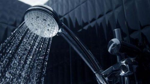 Çok uzun süre duş almamalısınız, suyu boşa akıtmamalısınız.